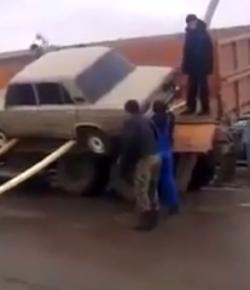 Auto korrekt vom LKW abladen