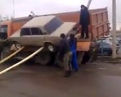 Auto vom LKW abladen