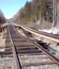 Bahndamm wird von Fluß unterspült